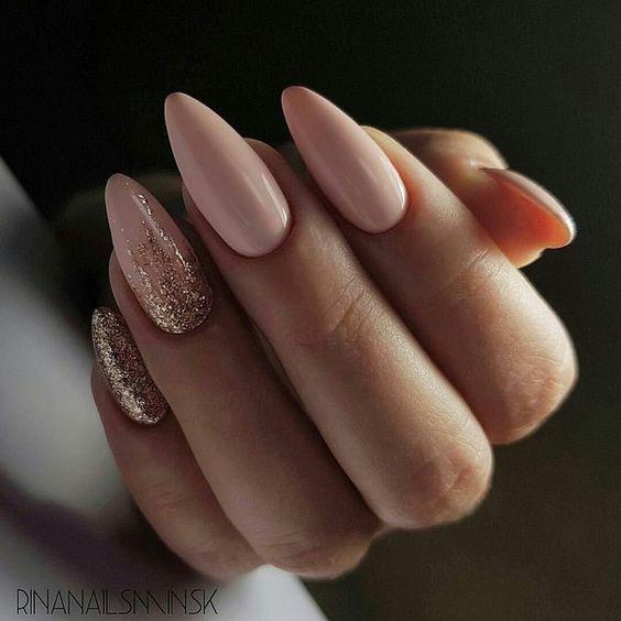 Beżowe paznokcie z brokatem