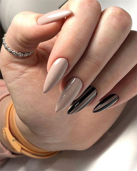 Beżowe paznokcie z czarnymi wzorami