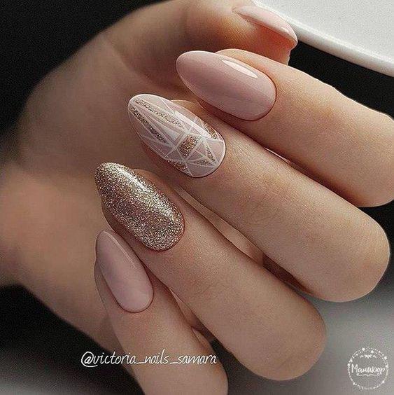Beżowe paznokcie ze zdobieniami