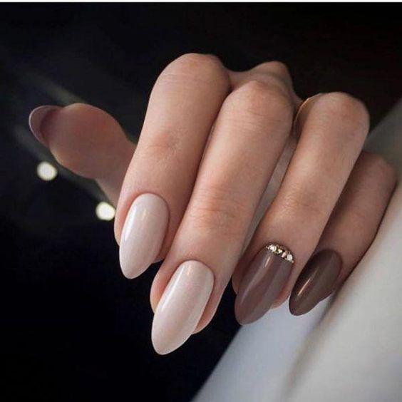 Beżowo brązowe paznokcie