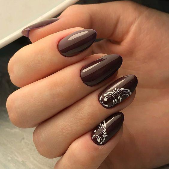 Brązowe paznokcie z białym wzorkiem