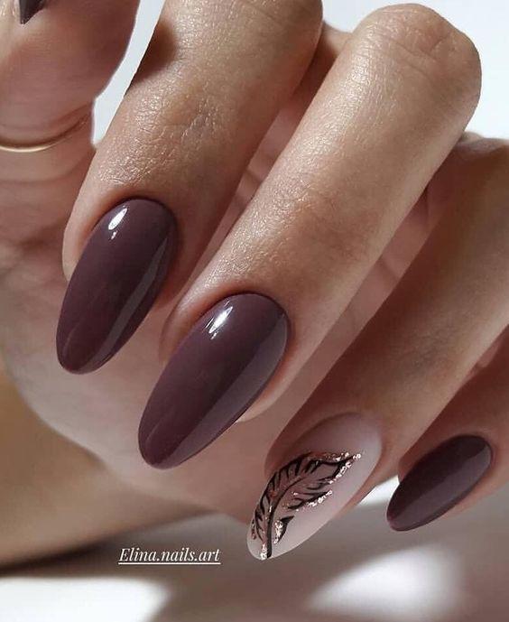 Brązowe paznokcie z wzorkami