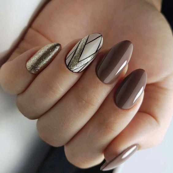 Brązowe paznokcie ze zdobieniami