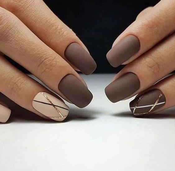 Brązowe paznokcie ze złotym wzorkiem