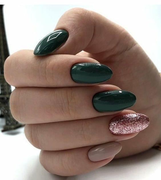 Butelkowa zieleń na paznokciach z brokatem