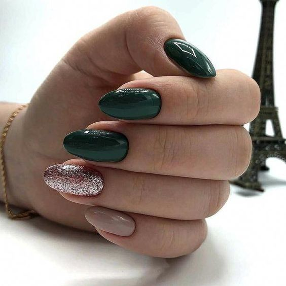 Ciemnozielone paznokcie z brokatem