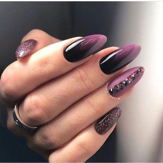 Czarno fioletowe paznokcie z brokatem