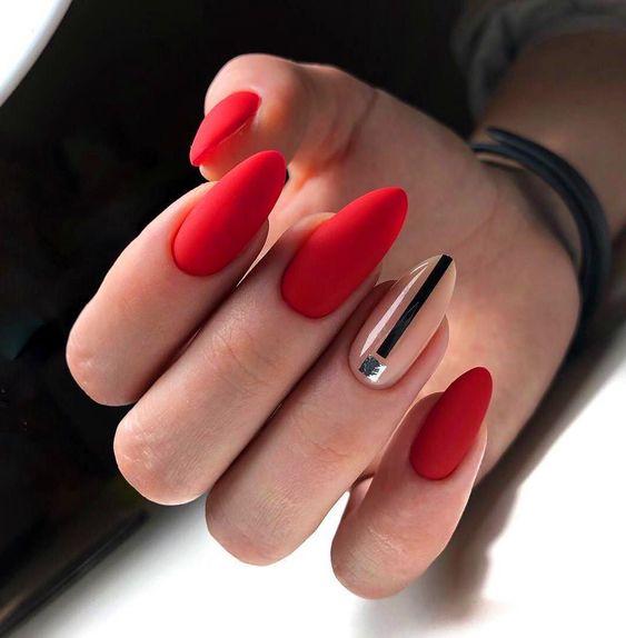 Czerwono beżowe paznokcie