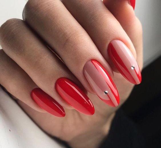 Czerwono cieliste paznokcie