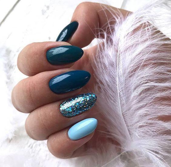 Granatowe paznokcie z brokatem