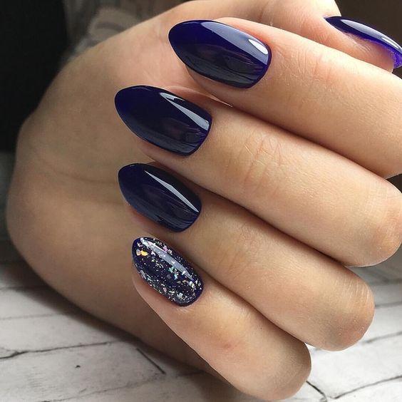 Granatowe paznokcie z folią