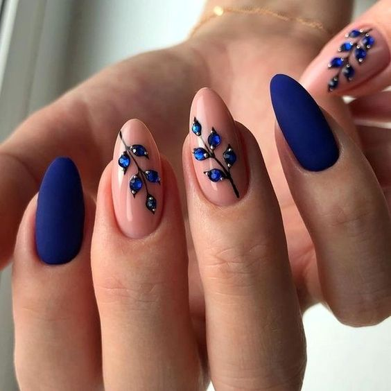 Granatowe paznokcie z kwiatami