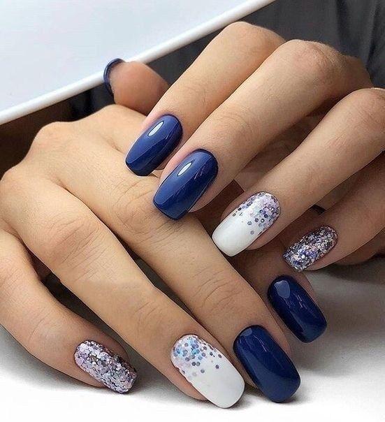 Granatowe paznokcie ze zdobieniem