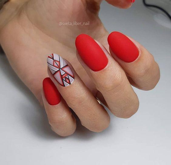 Matowe czerwone paznokcie z wzorkami