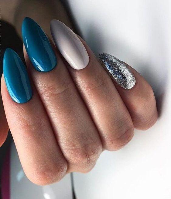 Niebieskie paznokcie z brokatem