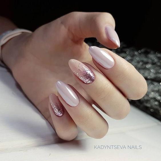 Perłowe beżowe paznokcie