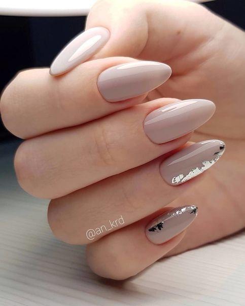 Srebrno beżowe paznokcie