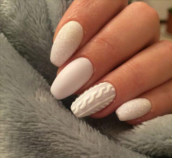 Białe paznokcie ze sweterkami