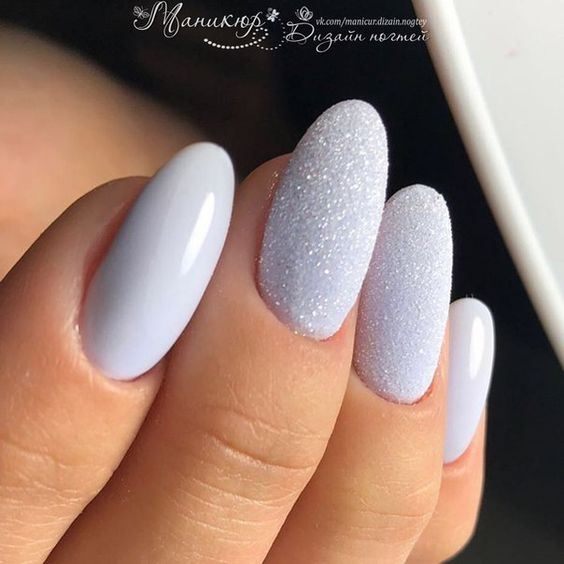 Błękitne paznokcie z efektem szronu