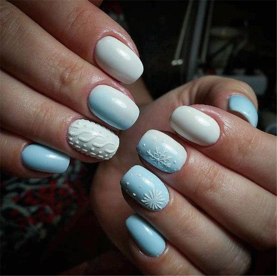 Błękitne paznokcie ze sweterkami