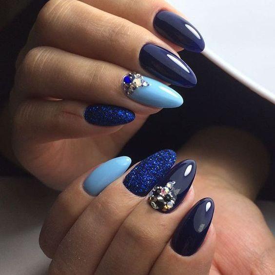 Niebiesko granatowe paznokcie na zimę