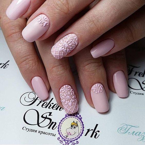 Różowe paznokcie ze sweterkami