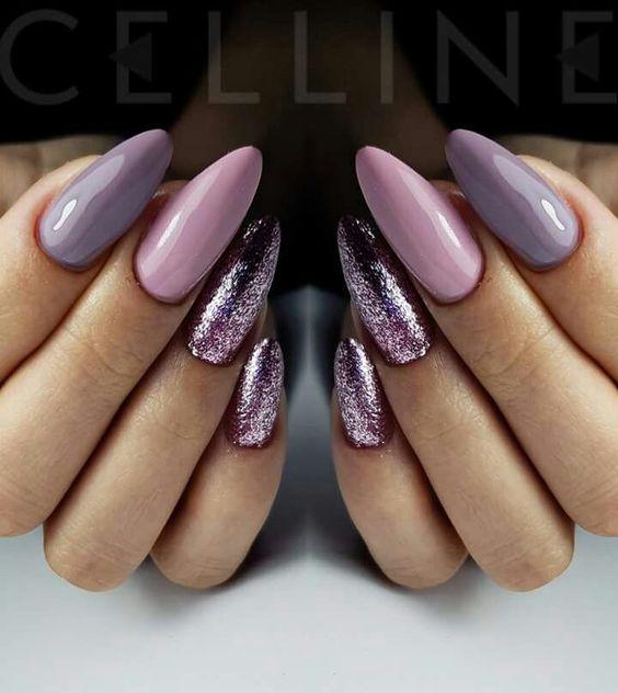 Szaro różowe paznokcie z brokatem