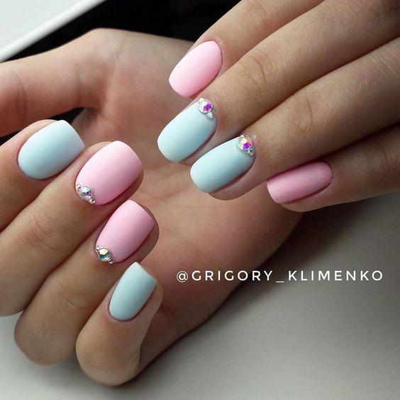 Błękitno różowe paznokcie