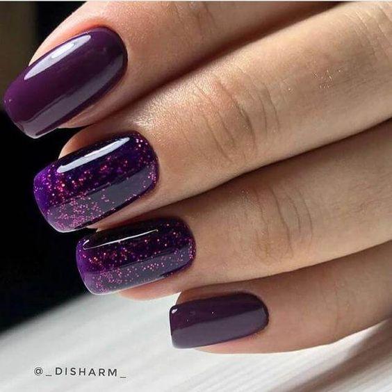 Brokatowe fioletowe paznokcie