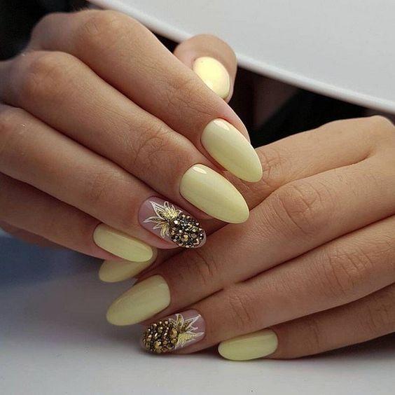 Jasnożółte paznokcie