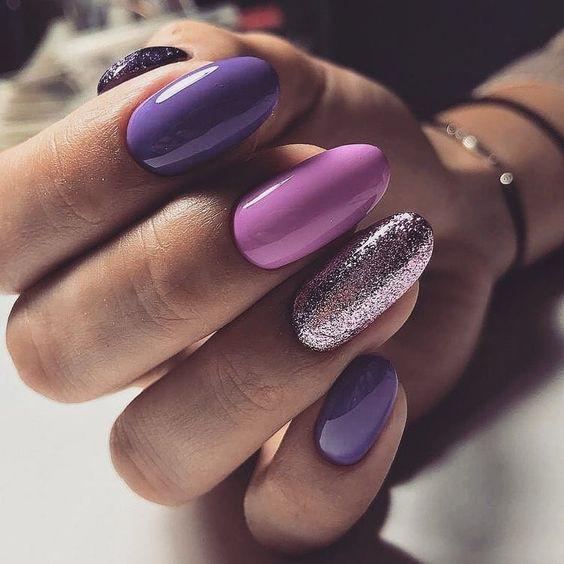 Różowo fioletowe paznokcie z brokatem