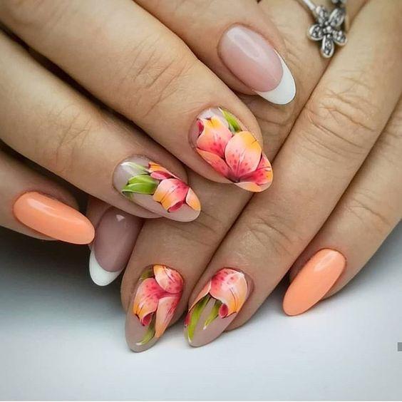 Brzoskwiniowe paznokcie z kwiatami 2020