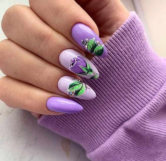 Fioletowe paznokcie z kwiatami