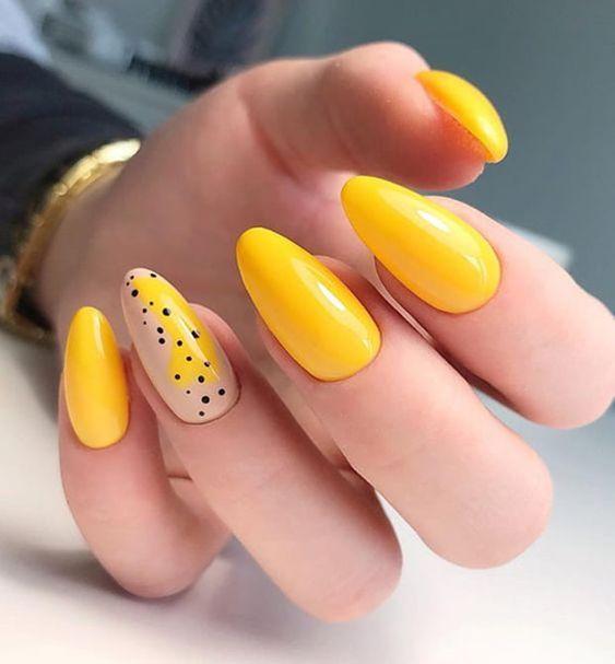 Żółte paznokcie na wakacje