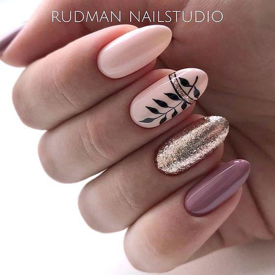 Beżowe paznokcie z brokatem na jesień
