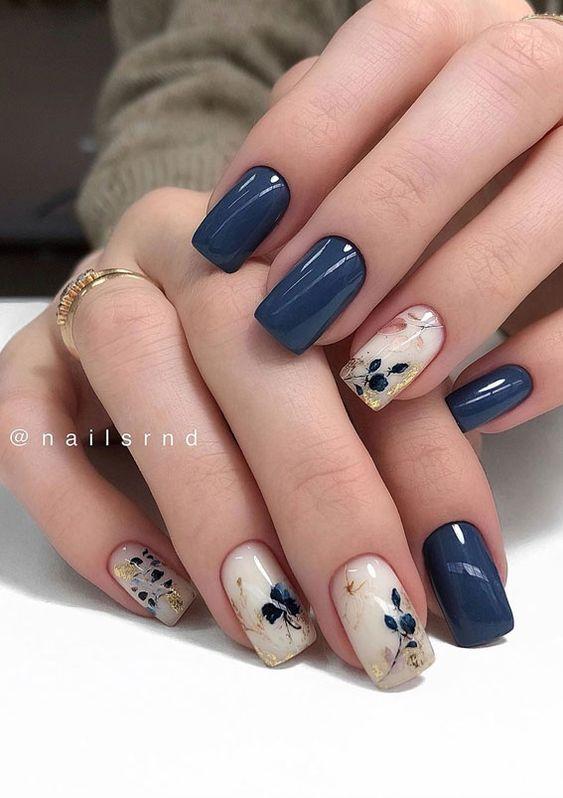 Beżowo ciemnoniebieskie paznokcie