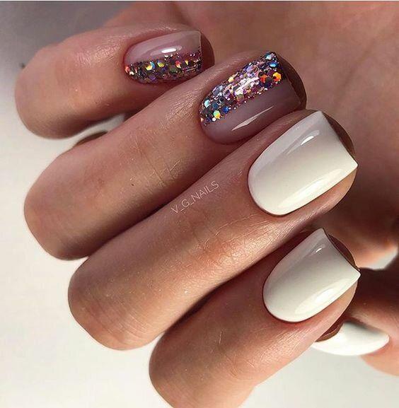 Białe paznokcie na zimę z brokatem