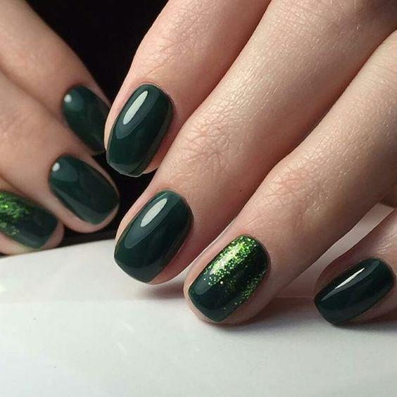 Ciemnozielone brokatowe paznokcie