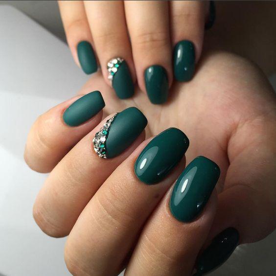 Butelkowa zieleń na paznokciach z cyrkoniami