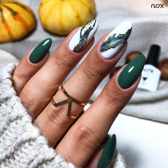 Butelkowa zieleń na paznokciach