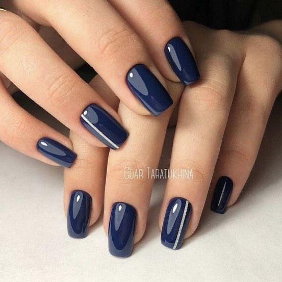 Ciemnoniebieskie paznokcie z wzorkami