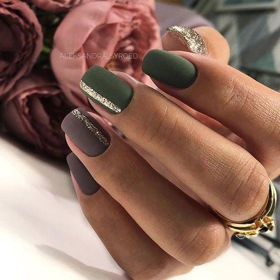 Ciemnozielone paznokcie w macie