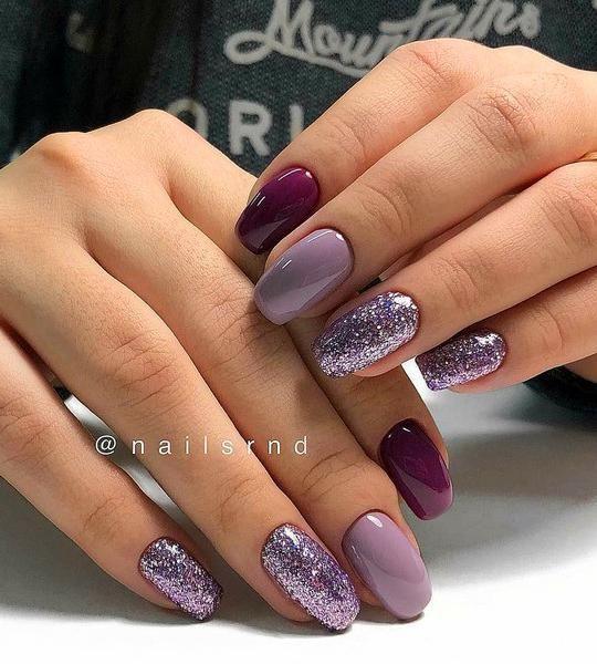Fioletowe paznokcie z brokatem na zimę