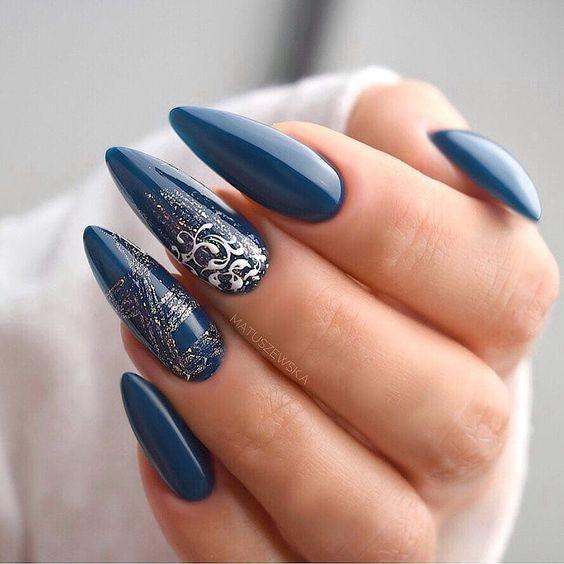 Granatowe paznokcie na zimę
