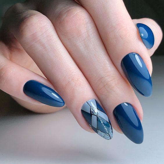 Niebieskie paznokcie na zimę z wzorkami