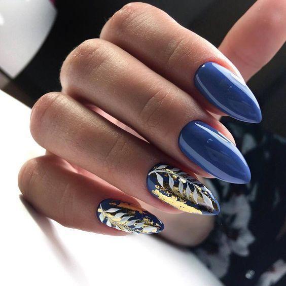 Niebieskie paznokcie z folią transferową
