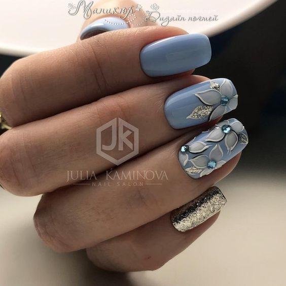 Niebieskie paznokcie z kwiatami