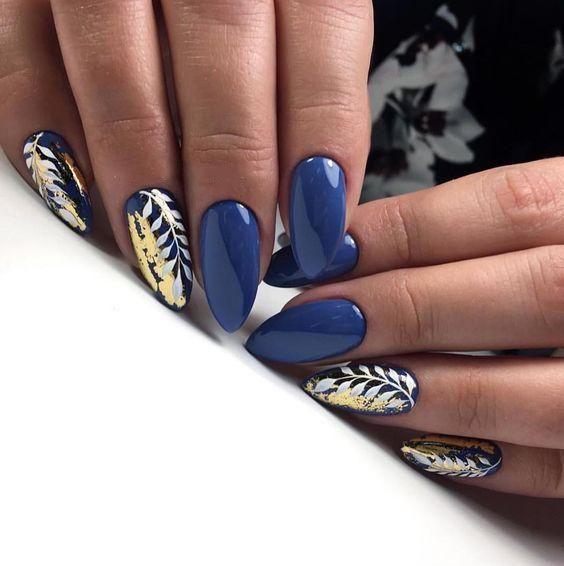 Niebieskie paznokcie z liśćmi