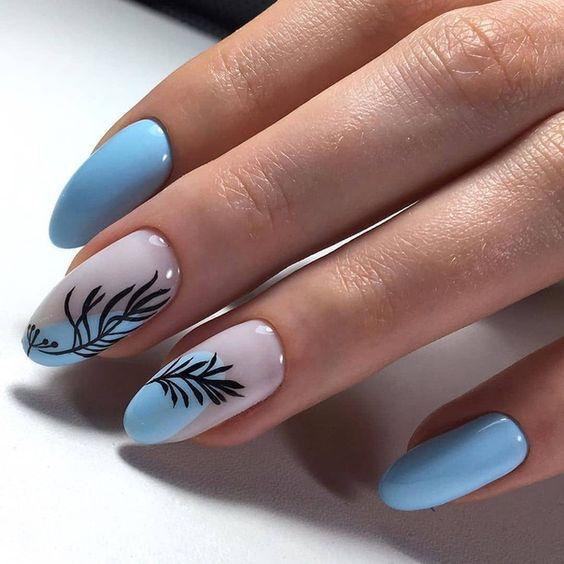 Niebieskie paznokcie ze zdobieniami