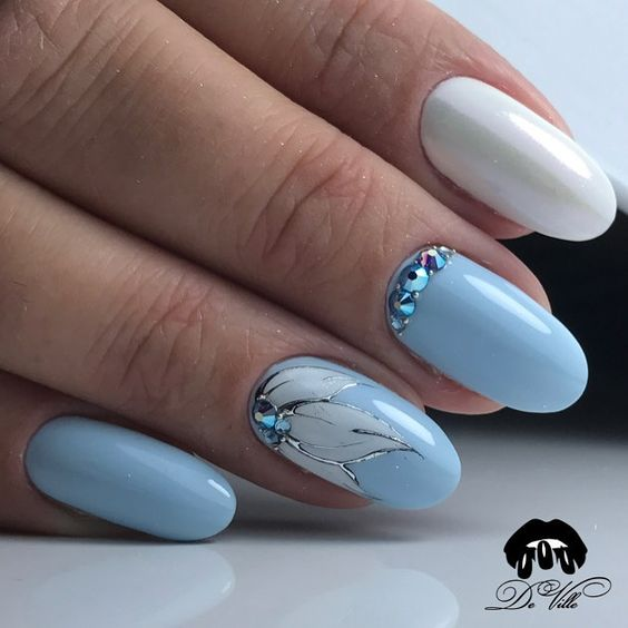 Niebiesko białe paznokcie